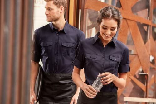 Číšnické košile pro ženy i muže. V barevné nebo vzorované pánské košili s dlouhým  rukávem ... 43cf52ea45